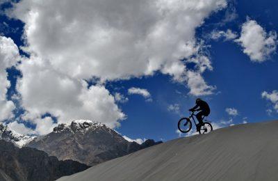 Biciclind pe Lună. Deșertul Atacama este cel mai arid loc de pe planetă