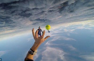 """Doi parașutiști au jucat o """"partidă"""" de tenis la la 4.000 de metri în aer. Ei au schimbat pase cu o minge de tenis, fără rachete, în timp ce se îndreptau către pământ cu o viteză de aproximativ 200-300 de kilometri pe oră."""