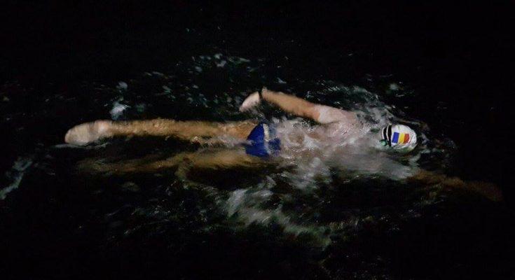 Fostul campion național la polo, Paul Georgescu (37 de ani), a traversat Canalul Mânecii fără costum de neopren, în 13h 34'