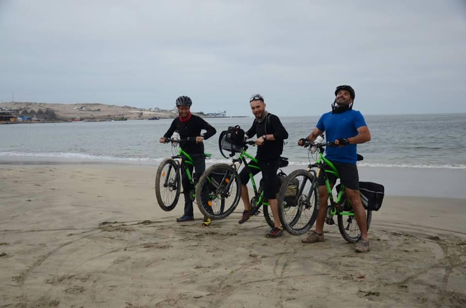 Trei români au traversat Deșertul Atacama și Vulcanul Ojos del Salado pe biciclete Pegas