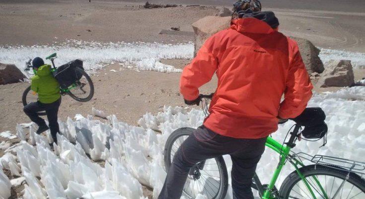 Românii care au traversat Deșertul Atacama și Vulcanul Ojos Del Salado pe biciclete Pegas se întorc în țară