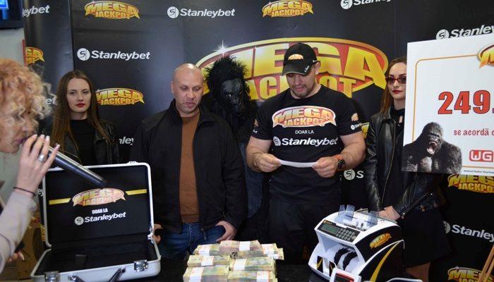 Trei români au câștigat la aparate peste 800.000 lei! Trei români au câștigat la aparate peste 800.000 lei!